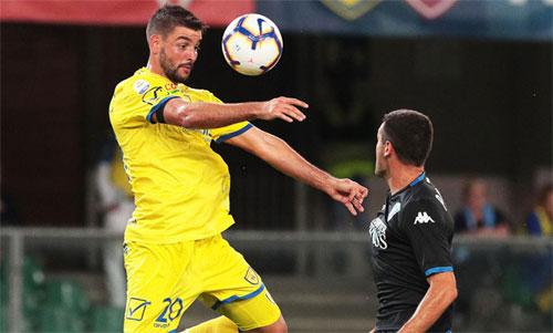 Nhiều đội bóng nhỏ như Chievo (áo vàng)luôn phải đối mặt với khó khăn tài chính. Ảnh: Reuters