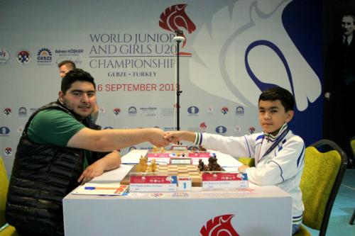Maghsoodloo (trái) trong ván thứ bảy thắng Javokhir Sindarov. Ảnh: WJCC.