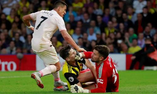 Tình huống thoát xuống suýt ghi bàn của Sanchez trong hiệp một. Ảnh:Reuters.