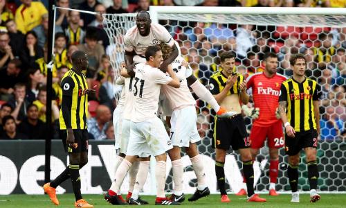 Cầu thủ Man Utd chia vui sau bàn thắng của Smalling. Ảnh:PA.