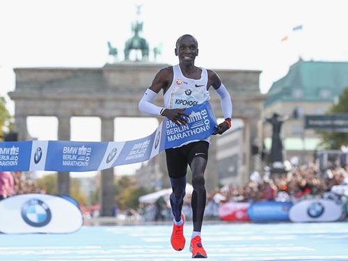 Kipchoge trong khoảnh khắc phá kỷ lục thế giới. Hai người cán đích kếsau anh đều là các đồng hương Kenya, gồm Amos Kipruto (2 giờ 6 phút 23 giây) và Wilson Kipsang(2 giờ 6 phút 48 giây). Ảnh: AFP.