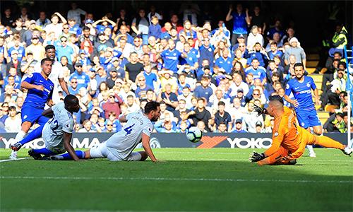 Hazard (áo xanh, trái) là mình chứng cho khác biệtđẳng cấp giữa Chelsea với Cardiff. Ảnh: UEFA.