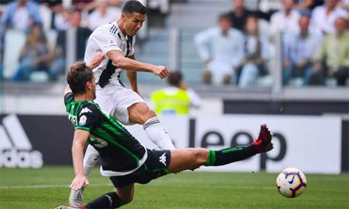 Pha dứt điểm nâng tỷ số lên 2-0 của Ronaldo. Ảnh: AFP.