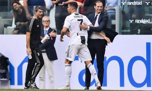 HLV Max Allegri chia vui cùng Ronaldo sau khi chân sút này ghi bàn. Ảnh: AFP.