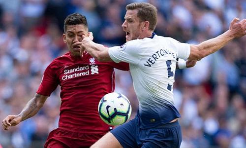 Pha bóngVertonghen móc mắt Firmino trong trận Liverpool thắng Tottenham 2-1. Ảnh: Reuters.