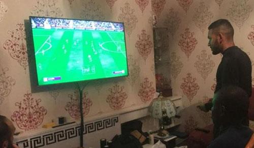 Kante được nhóm CĐV rủ chơi game FIFA và giành chiến thắng trong phần lớn trận đấu. Ảnh: Twitter.