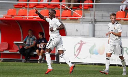 Vinicius (áo trắng, trái) đang phải chơi ở giải hạng ba sau vụ chuyển nhượng đắt giá. Ảnh: Reuters
