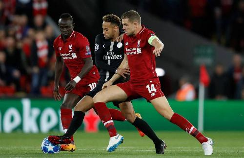 Neymar (áo đen) bị Liverpool kèm chặt trận này. Cầu thủ đắt giá nhất thế giới có một số khoảnh khắc lóe sáng, nhưng không nhiều bằng số lần mất bóng. Ảnh: Reuters.