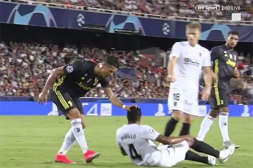 Ronaldo lỡ tay ấn có phần mạnh lên đầu đối thủ.