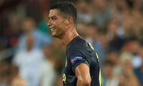 Ronaldo khóc sau khi nhận thẻ đỏ vì ấn đầu đối thủ - 1