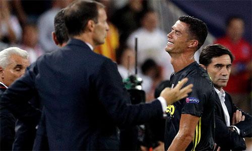 Ronaldo không tin nổi vào việc phải nhận thẻ đỏ chỉ sau 29 phút thi đấu. Ảnh: Reuters