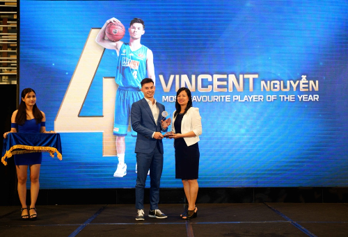 Đại diện Vinaphone - bà Trịnh Dương Khánh Linh - PGĐ Trung tâm Hỗ trợ Bán hàng Miền Nam trao giải Cầu thủ được yêu thích nhất cho Vincent Nguyễn của Hanoi Buffaloes tại VBA Gala 2018.
