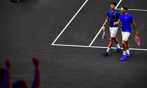 Djokovic đánh bóng trúng người Federer tại Laver Cup