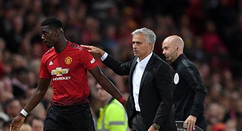 Pogba (trái) bị đồn mâu thuẫn với Mourinho, dù cả hai luôn tránh công khai điều này trước truyền thông. Ảnh: PA.