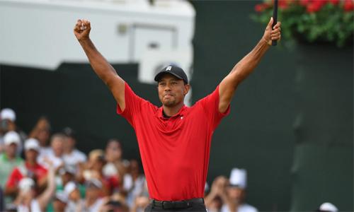 Trải qua hơn năm năm chờ đợi, Siêu hổ mới được ăn mừng chiến thắng sau cú gạt ở hố số 18. Ảnh: Golfweek.