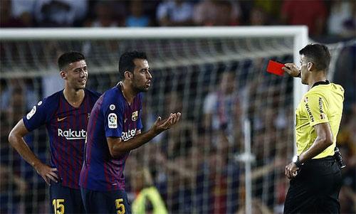 Lenglet (trái) nhận thẻ đỏ trong lần đầu đá chính cho Barca. Ảnh: Reuters