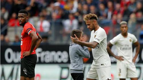 Hình ảnh đẹp của Neymar sau khi bị chỉ trích liên tục vì thói ăn vạ. Ảnh:Reuters.
