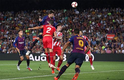 Pique giải cứu Barca bằng cú đánh đầu gỡ hòa.