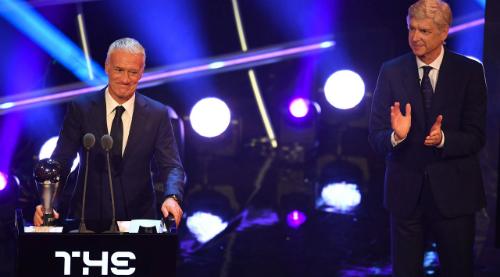 Deschamp nhận giải trong sự tán thưởng từ Arsene Wenger. Ảnh:FIFA.