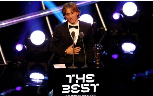 Modric phát biểu trên bục nhận giải. Ảnh:FIFA.