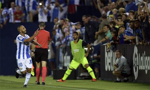 Luis Suarez đứng khởi động ngoài sân và bất đắc dĩ nhìn El Zhar chia vui.