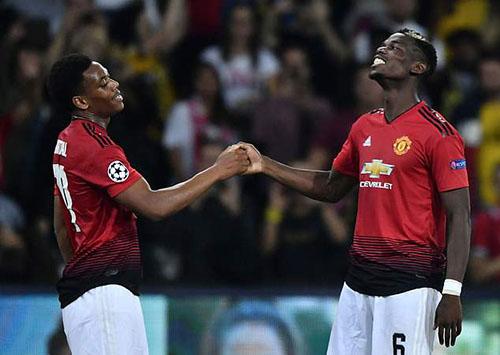 Pogba (phải) được cho là đang câu kết bè cánh để phản Mourinho. Ảnh: PA.