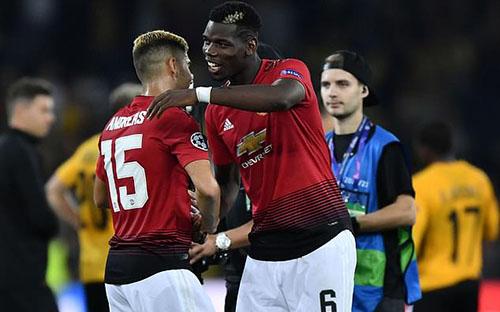 Pogba (phải) đang tỏ ra chiếm ưu thế trong cuộc chiến với Mourinho. Ảnh: Reuters.