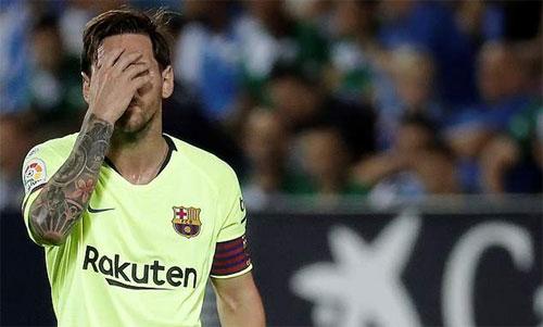 Messi và đồng đội muối mặt khi thua đội cuối bảng. Ảnh: Reuters