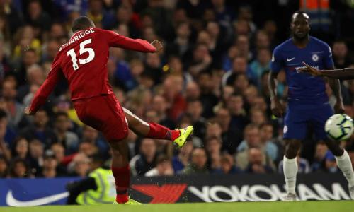 Sturridge thực hiện cú sút ghi bàn gỡ hòa trong pha chạm bóng đầu tiên. Ảnh:AFP.