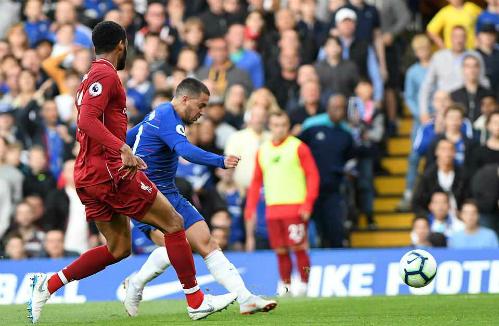 Hazard ghi bàn mở tỷ số với cú đá chéo góc hiểm hóc. Ảnh:Rex.
