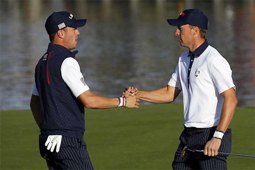 Đôi bạn thân Thomas (trái) và Spieth thắng tới ba trong bốn trận tại Ryder Cup năm nay, đóng góp một nửa số điểm của tuyển Mỹ hiện tại. Ảnh: Sky.