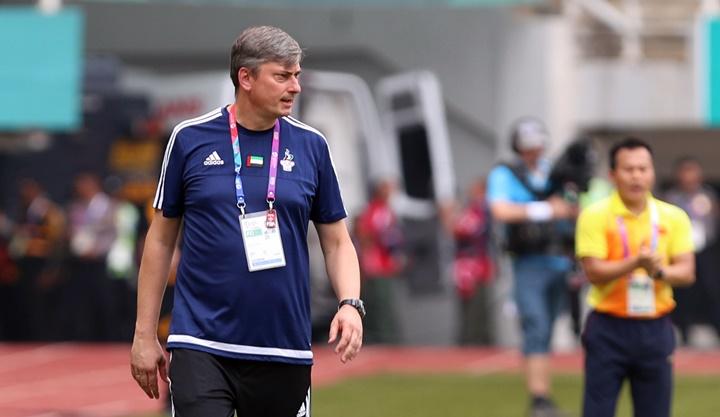 HLV Skorza đã giúp UAE đoạt HC đồng môn bóng đá nam, dù đội bóng này gặp nhiều trục trặc trước giải, trong đó có việc phải bốc thăm lại bảng đấu do bị chủ nhà Indonesia bỏ quên trong lần bốc thăm đầu tiên. Ảnh: Đức Đồng.