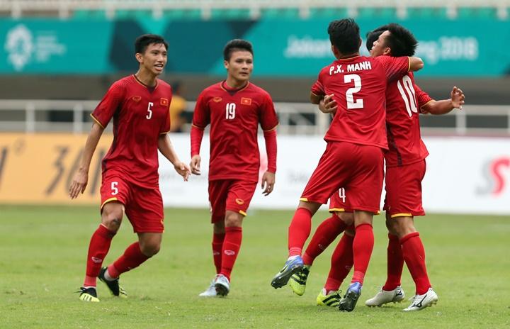 Đồng đội chia vui cùng Văn Quyết (số 10) sau bàn san bằng tỷ số vào lưới UAE chiều 1/9. Ảnh: Đức Đồng.