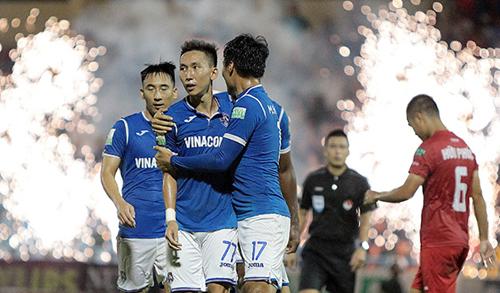 Xuân Tú (giữa) là cầu thủ không thể thiếu trong lối chơi của Quảng Ninh. Ảnh: VPF.