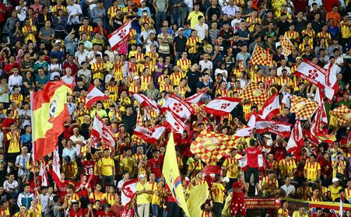 Sự cuồng nhiệt của các khán giả trên sân Thiên Trường tiếp sức cho cầu thủ Nam Định. Ảnh: Lâm Đồng.