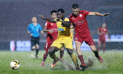 HLV Park Hang-seo chứng kiến trận thuỷ chiến trên sân Thống Nhất