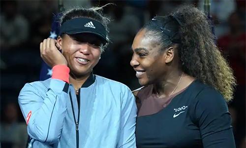 Osaka khóc trong lễ trao giải Mỹ mở rộng, và chỉ dám phát biểu sau khi được Serena động viên. Ảnh: AFP.