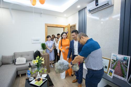 8 tháng sau khi nhận món quà từ  CENLand, ông Park cùng vợ và trợ lý lựa chọn căn hộ cũng như các thiết kế, nội thất& Căn hộ hai phòng ngủ rộng hơn 60m2 được nhiều người đánh giá mang lối thiết kế đơn giản, ấm cúng với tông màu chủ đạo là trắng và xám.