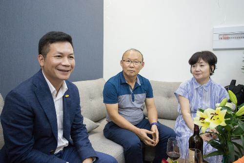 Ông Phạm Thanh Hưng chia sẻ về sự quan tâm đối với môn thể thao vua và HLV Park Hang-seo. Ông cũng bày tỏ sự cảm ơn và niềm tin vào HLV Park Hang-seo sẽ tiếp tục dẫn dắt đội tuyển Việt Nam gặt hái thành công trong những trận đấu sắp tới.