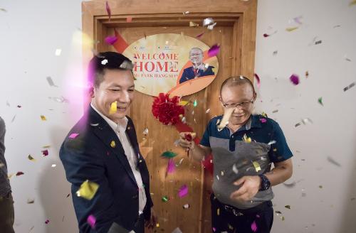 HLV Park Hang-seo vừa nhận thêm một món quà nhờ những thành tích đồng hành cùng đội tuyển Việt Nam. Theo đó, ngày1/10, chủ đầu tư CTCP Bất động sản Thế Kỷ (CENLand) đã tổ chức lễ bàn giao căn hộ nằm trên tầng bao nhiêu của dự án The K-Park thuộc khu đô thị Văn Phú (Hà Đông). Ông Phạm Thanh Hưng, phó Chủ tịch CENLand đại diện doanh nghiệp , trao chìa khóa căn hộ cho vị Huấn luyện viên. Đây là món quà được lãnh đạo CENLand, thành viên của Tập đoàn CENGroup, dành cam kết tặng cho HLV đội tuyển U23 Việt Nam sau chiến tích hồi đầu năm tại Thường Châu (Trung Quốc).
