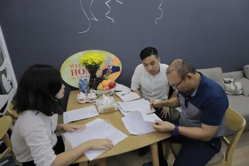 Trợ lý mới của HLV Park giúp ông trao đổi và hoàn tất cả thủ tục, giấy tờ cùng một số vấn đề để hoàn tất quá trình nhận nhà. Ngoài ra, tập đoàn CENGroup cũng bố trí một phiên dịch viên làm việc giữa ban quản lý tòa nhà và vợ chồng ông Park nếu có vấn đề phát sinh.