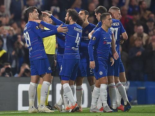 Đồng đội chia vui với Morata, sau khi anh thông nòng trở lại. Ảnh: PA.