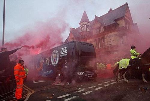 Xe buýt của Man City bị CĐV tấn công bằng chai lọ hồi tháng 4/2018. Ảnh: Reuters.