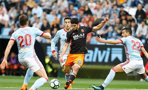 Valencia (áo đen) đứng thứ tư mùa trước, nhưng cũng đang vật lộn ở mùa này.