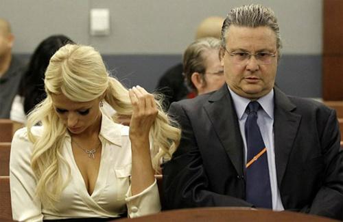 Luật sư Chesnoff (phải) là thầy cãi nổi tiếng của giới ngôi sao. Ảnh: Reuters.