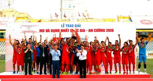 Viettel vô địch với 13 trận thắng, hai trận hòa và ba trận thua. Ảnh: Quang Minh.