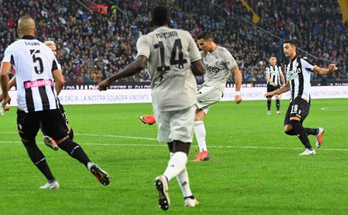 Tình huống sút nối trong vòng cấm, dẫn đến bàn thắng của Ronaldo. Ảnh: Reuters.