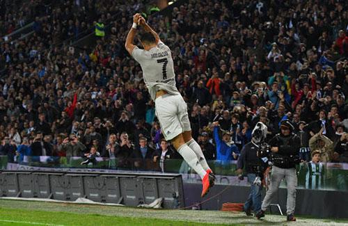 Điệu nhảy mừng bàn thắng quen thuộc của siêu sao người Bồ Đào Nha. Ảnh: Reuters.