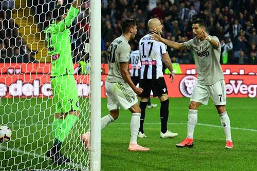 Ronaldo chia vui với Bentancur sau bàn mở tỷ số. Ảnh: Reuters.