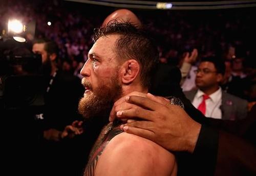 Khuôn mặt bầm tím của McGregor khi hết trận. Ảnh: LLC.